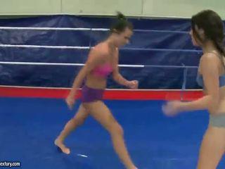 Seksuālā jauns brunete fighting