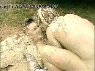 Muddy vrouw attacks en humps guy in de mud