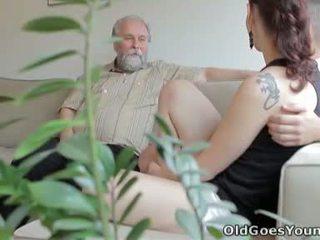 Ilona и тя мъж are sharing а добър време когато той invites негов по-стари приятел над