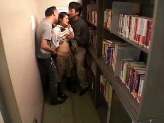 Schoolgirls מגוששת על ידי perverts ב schoollibrary 7