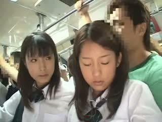Two schoolgirls käperdatud sisse a buss