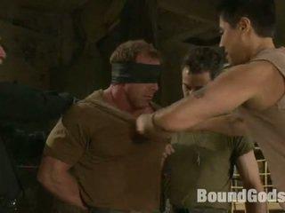 Gespierd soldier turned in een seks bondman