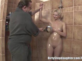 Lewd stepdad fucks blondi stepdaughter sisään the suihku