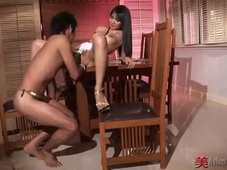 Asia gadis nakal dengan besar tetek sucks dan fucks