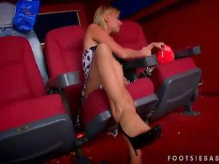 Nikky loiro enjoys pé sexo em cinema