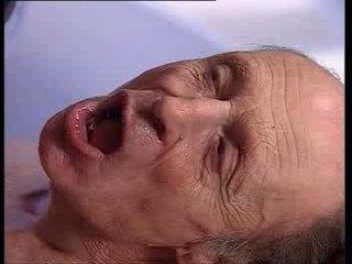 Vecs vīrietis getting bath no a karstās blondīne video