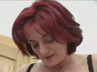 Červenovlasé granny-beauty anál na stairs
