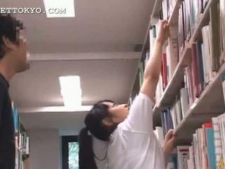 Schattig aziatisch tiener meisje teased in de school-