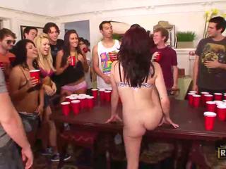 酔った セックス 乱交パーティー とともに ホット 裸 女の子 ファック と licked 上の ザ· テーブル