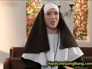 Mūķene double penetration fucked uz baznīca