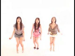 Asiatisch mädchen swallowing