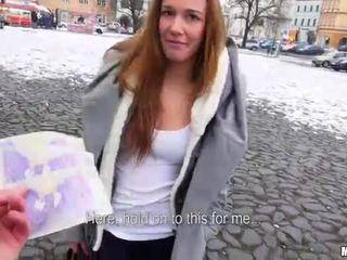 Tchèque salope dominika flashes son seins