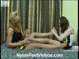 Lillian en agnes gemeen nylon footsex