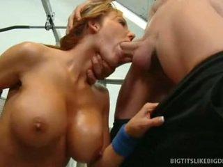 Nikki sexxx wraps lips apkārt resnas dzimumloceklis getting throat fucked dziļi