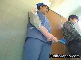 Tettona asiatico maltrattata toilette