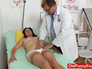 Mama brunette piss hole onderzoek