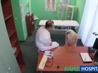 Fakehospital 醫生 helps 金發 得到 一 濕 的陰戶