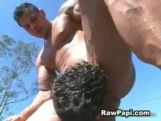 Guy z duży muscles fucks ciężko latino guy i gives seks cream