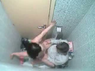 Spion camera betrapt hen neuken in de badkamer