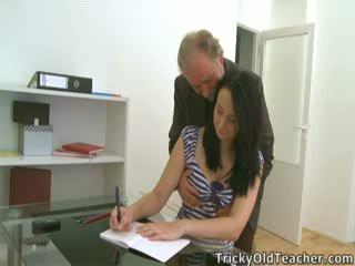 Tiffany den student gives måte til henne teacher's advances
