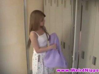 חם צעיר אסייתי בחורות עירום ב locker חדר