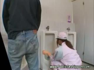 Pubblico pompino in il mens toilette