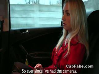 Bjonde e dashura duke mashtruar në një fake taxi