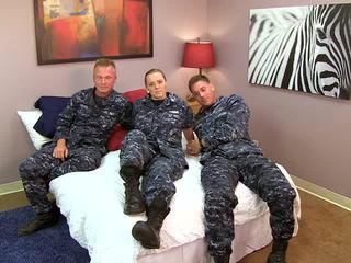 性感 navy 女孩 fucks 她的 sailors