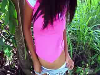 Aziatisch chick vingeren in een bos