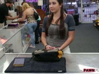 Korkeakoulu tyttö trades hänen kirja varten a seksi sisään the pawnshop