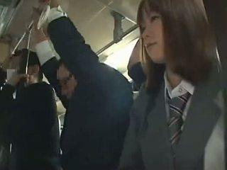 תלמידת בית ספר כפוי מציצות ב אוטובוס