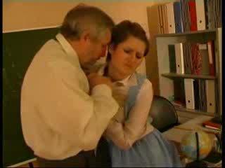 Учител насилване немски кукла