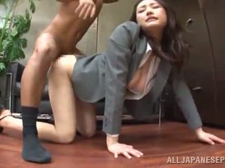 Tsuna nakamura has banged en an agradable posición en an oficina