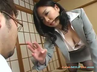 Barmfager asiatisk milf gets henne stor pupper og fitte licked