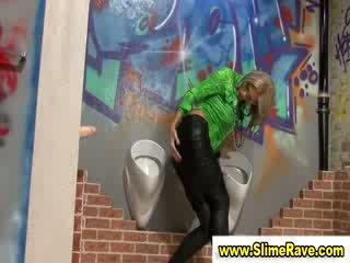 Glamouors babe gets sperma douche van lul in gloryhole