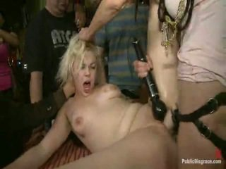 Alice frost is tied tightly, gemaakt naar gag onto lul, anally fisted, lul geneukt, en humiliated in een publiek bar in porno valley!