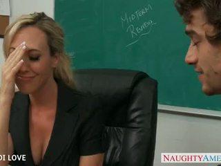 Si rambut perang guru brandi cinta menunggang zakar/batang dalam bilik darjah