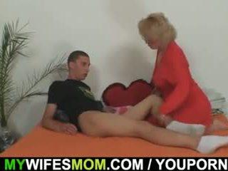 Mother-in-law fucks তার ছেলে মধ্যে আইন