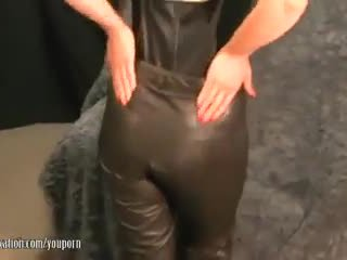 Sexy milf takes av pants og plays med juicy dame lips