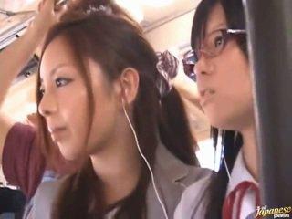 Shameless pervert warga cina females having funtime sekitar bananas dalam awam bas