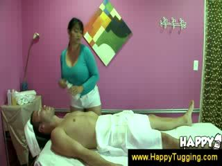 Oriental masaje masseuse handjobs wanking pajeando paja tugging tug trabajo mujer vestida hombre desnudo grande teta bigtits bigboobs