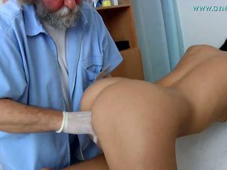 醫 examination 由 一 curious 醫生.