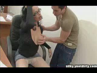 Τρανς σε καλτσόν licked και rammed