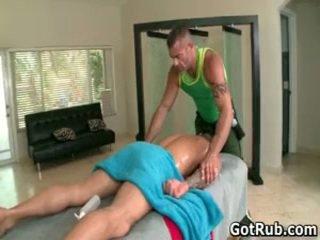 Musclé hunk avec tattoos baise son massage pro