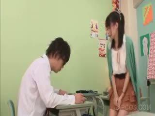 Nadržané ázijské učiteľka seducing a školské chlapec v trieda