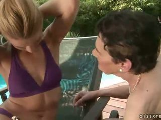 Babka a násťročné enjoying lezbické sex