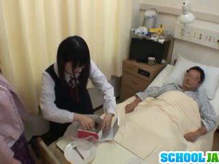 Ασιάτης/ισσα κορίτσι του σχολείου visits male φίλος σε νοσοκομείο για ένα