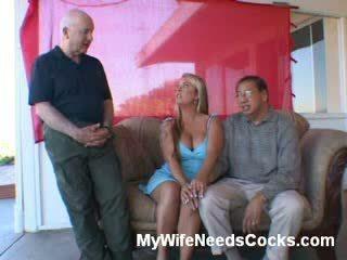 Curvy žmona nusirengti į the living kambarys