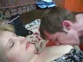 Érett anya seduces nem neki fiú