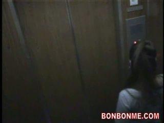 Elevator warga rusia roulette-cutie menjadi syahwat oleh sextoys